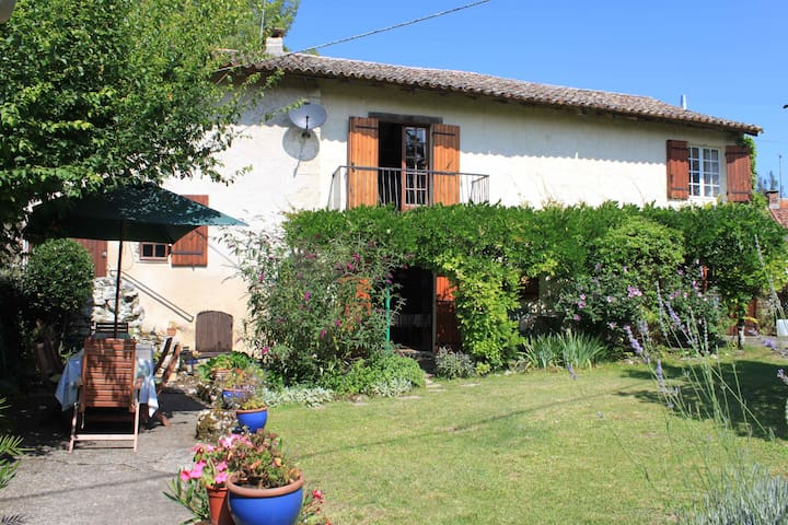 """""""Gorgeous house! Full of charm."""" - La Roquille - Casa"""