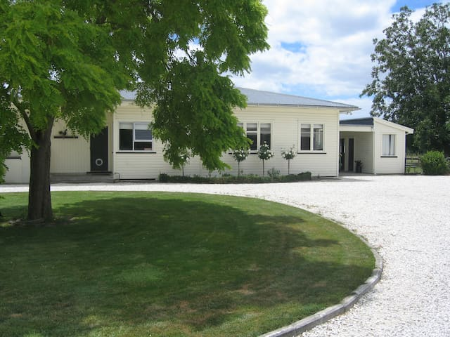 Self contained Modern Studio in great location - Longlands