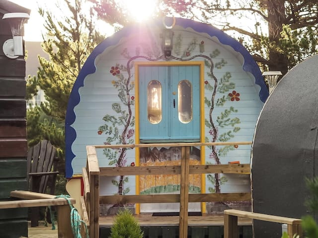 Wild Atlantic Stay in Cosy Donegal Gypsy Cabin - Derrybeg - Kulübe