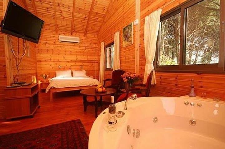 Best zimmer in amirim! Wood cabins and Jacuzzi - Amirim - Cabaña