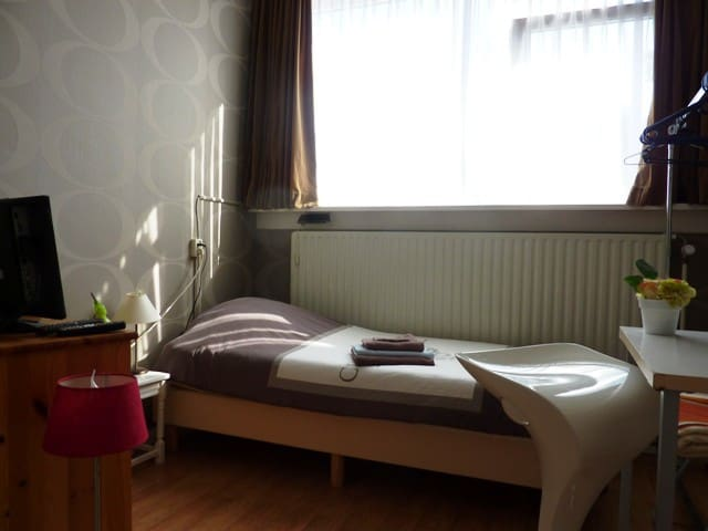 Room nr. 4, hotelbed, free wifi, - Leeuwarden