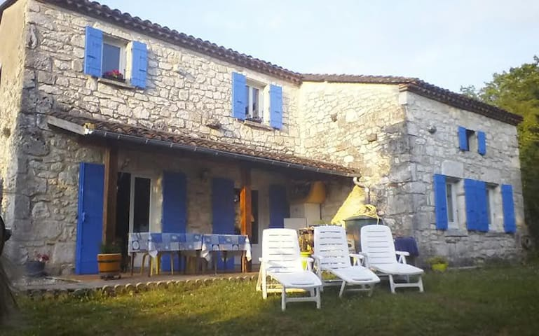 Room in a calm stone house, Bed & Breakfast. - Villeneuve-sur-Lot - Гестхаус