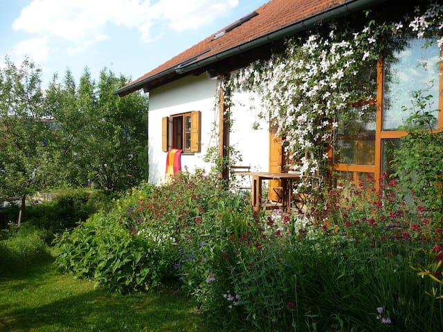 Schönes Zimmer in  Voralpenlage - Bad Grönenbach - Huis