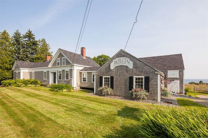 Enjoy a 200 year old updated home by the sea... - Lincolnville - Hus