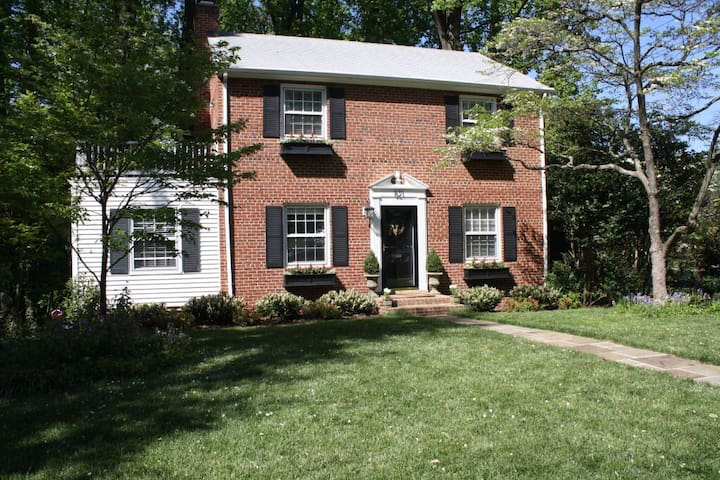Charming colonial w/ great backyard - Falls Church - Дом