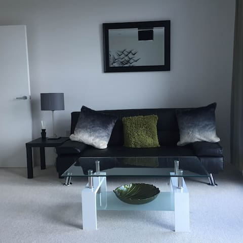 Central Apartment with Gated Parking - Bedford - Leilighet