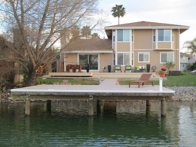 CHARMING 3 BEDROOM LAKE HOUSE - Discovery Bay - Casa