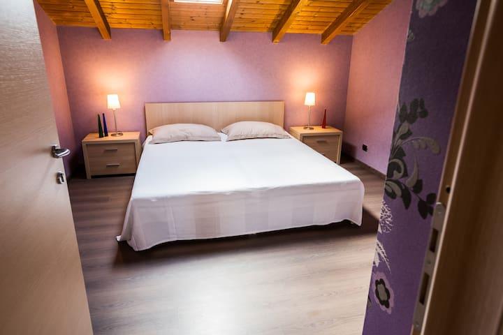 Camera matrimoniale - bagno esterno - Pofi - Bed & Breakfast