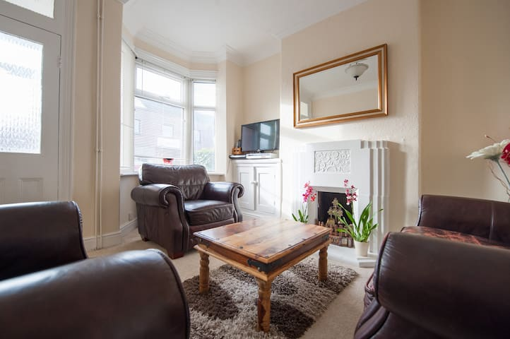 SPACIOUS - FAMILY FRIENDLY HOME IN LEICESTER. - Leicester - Hus