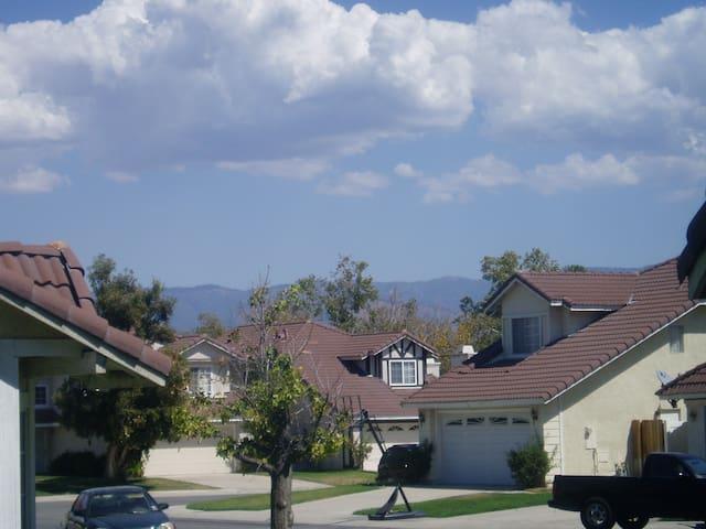 Purple room with garage parking near LLUMC - San Bernardino