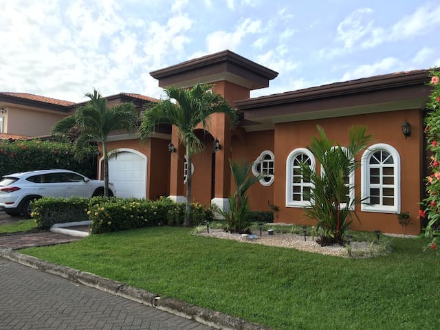2 minutes to beach, gated community - Bejuco - Casa