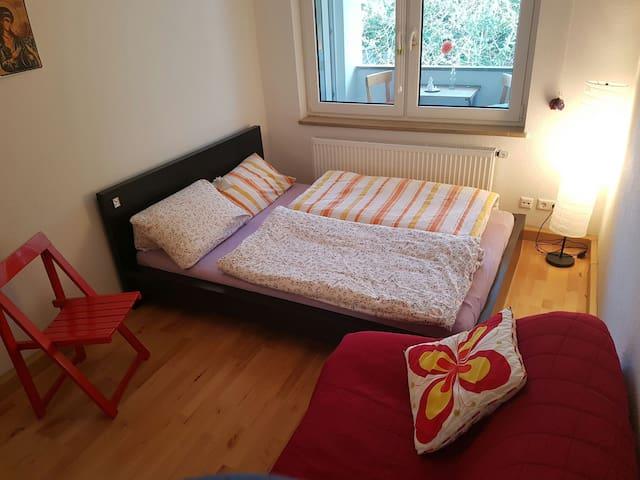 Zimmer direkt im Zentrum mit Balkon - Stuttgart - Apartemen
