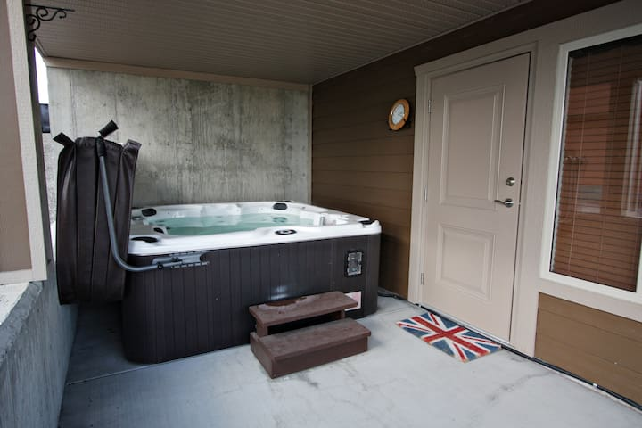 Comfy King Bed & Hot-tub! - Lake Country
