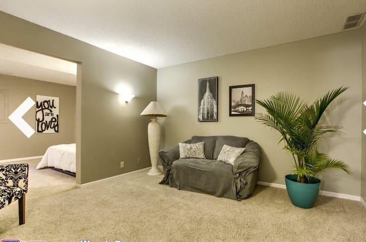 Spacious suite - great neighborhood - Lincoln - Huis