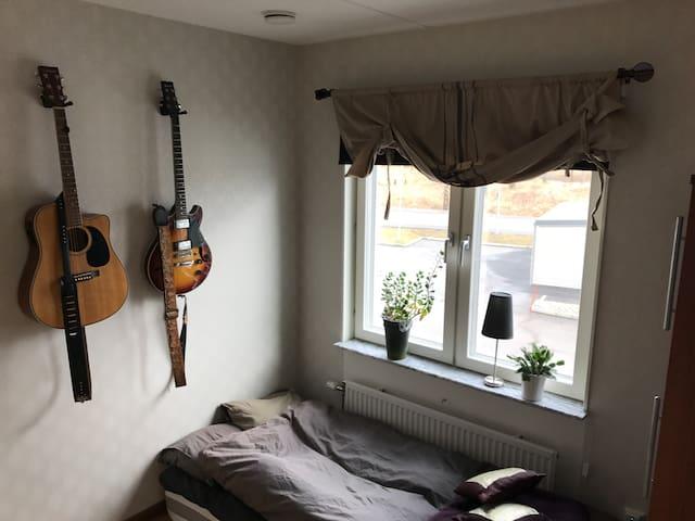 Neat room in modern apartment close to centrum - Skövde - Wohnung
