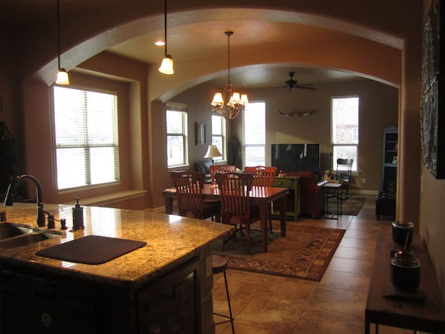 Modern Luxury 1/2 mile from Square! - Denton - Casa