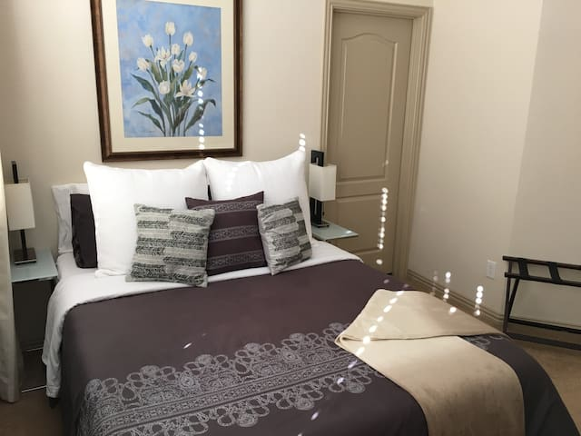 Sunny, Cozy & Private On Suite - Irving - Bed & Breakfast