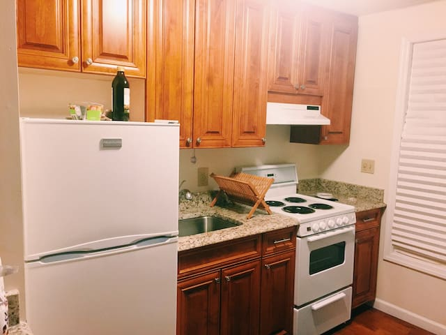 Renovated studio walking distance to downtown - Greenwich - Apartment