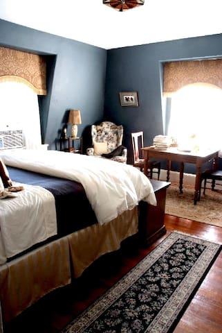 """Psycho""- Sigmund Freud Suite - Southbridge - Bed & Breakfast"