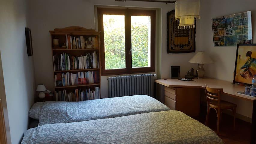Maison de campagne avec 2 chambres, jardin arboré - Roussines - Huis