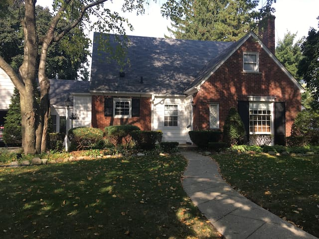 Beautiful Home One Block From Lake St. Clair!! - Grosse Pointe Woods