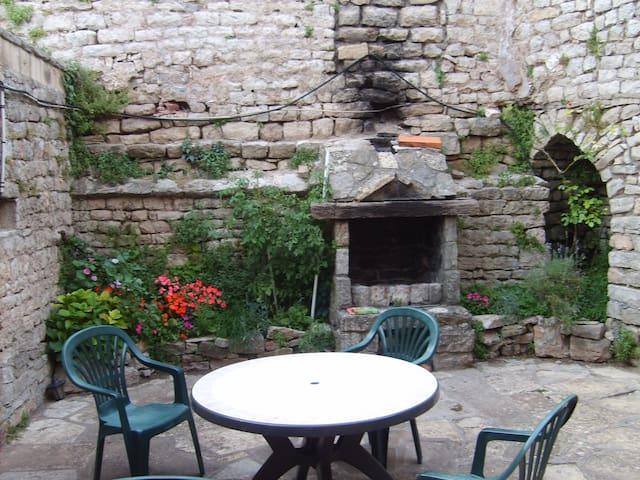 Au coeur de la cité médiévale, maison en pierre - Sévérac-le-Château - Huis