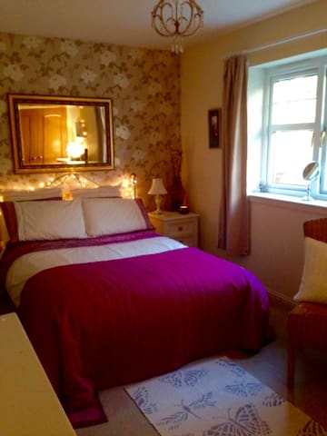 Large comfortable double room in family home. - Inverness