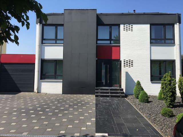 W1:COSY ROOM NEAR DUSSELDORF+CENTRO - Dinslaken - Hus