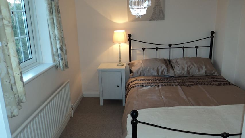 Guild: Rm 3: 9 Durham Cl, GU2 9TH Cosy Double Room - Guildford - Huis