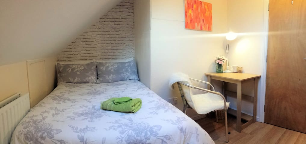 20min to central London & Heathrow 1min to station - London
