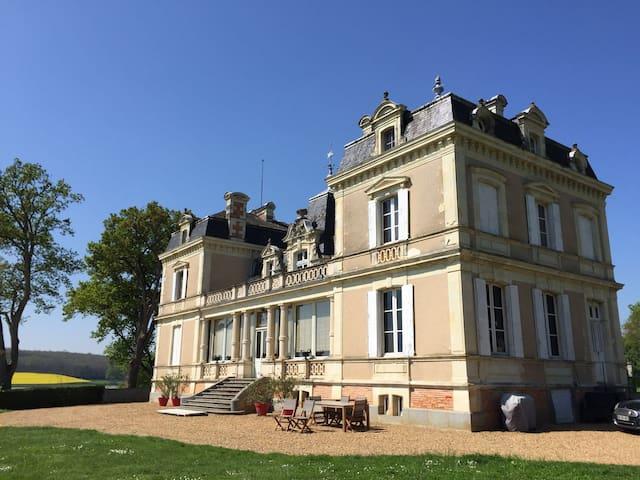Château avec vue imprenable et piscine chauffée - Daon - Şato
