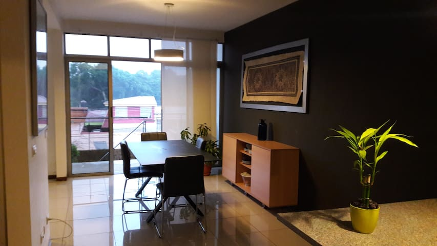 Apartment + Parking (5 min from airport) - Alajuela - Apartamento