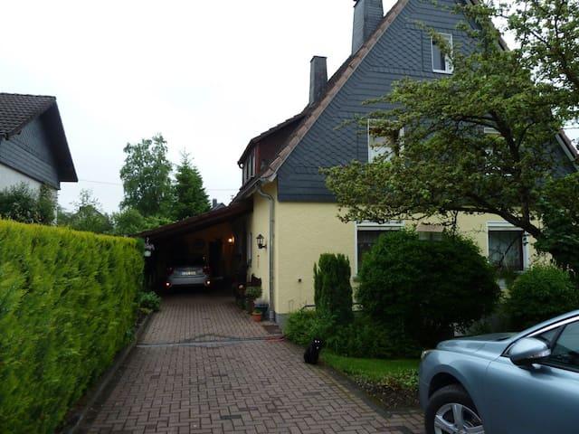 Zimmer mit eigenem Bad im Einfamilienhaus - Kreuztal - Hus