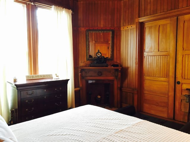 Brown Room in a historical beachfront house - Oak Bluffs - Huis
