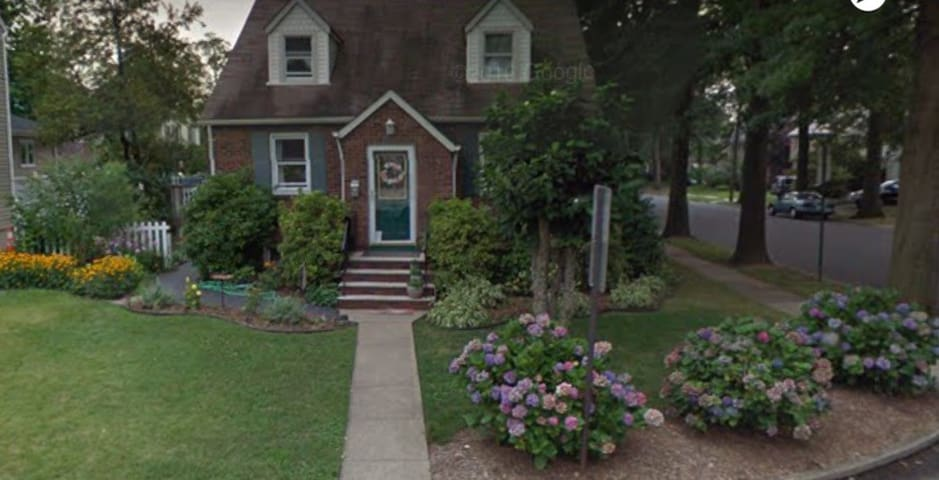 Charming Suburban Home! ~ 4 Bed ~ 8 miles to NYC! - Рутерфорд - Дом