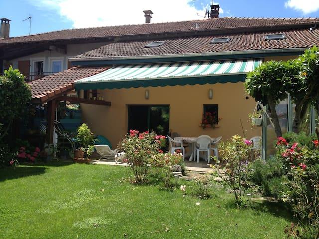 chambre dans maison de village avec jardin+piscine - Saint-Georges-sur-Renon - Huis
