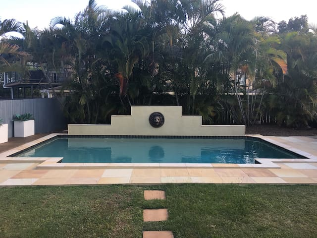Media Rm, Tropical Pool, Large home, Sleeps 15 -L1 - Robina - Bed & Breakfast