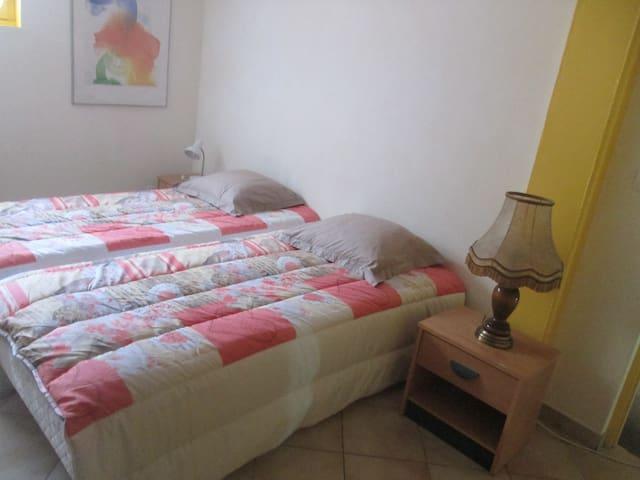 Chambre privée dans maison. Private bedroom. - Grézieu-la-Varenne - Villa