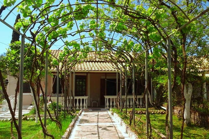 Traditional house 6km from town with big garden - Corfu - Hus