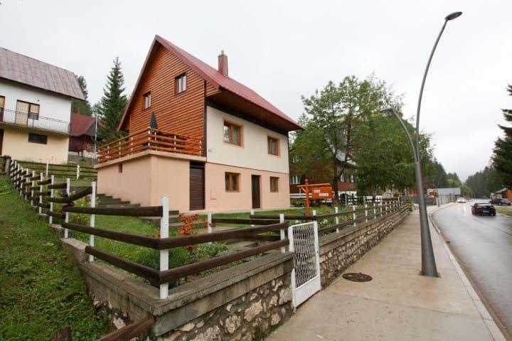 Cozy room in Zabljak with green courtyard - Žabljak - Leilighet