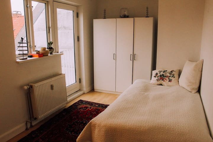 Bright, top floor room - København - Leilighet