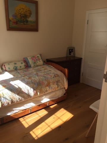 Private room with en-suite bathroom and wifi - Ashtead - Ev
