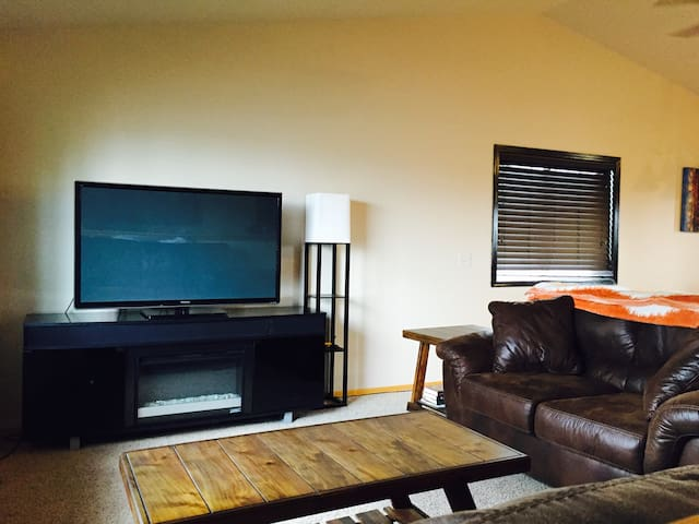 LARGE HOME w/POOL TABLE & PROJECTOR, PRIVATE BDRM - Sioux Falls - Talo