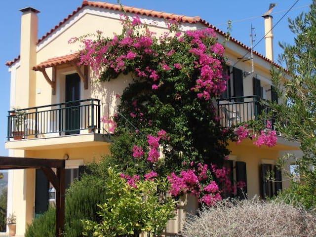 Villa with stunning views next to an olive grove. - Kouvalata - Villa