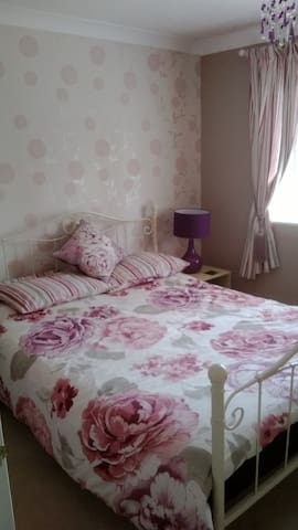 Double - double bed - one - ALSO Single room avail - Frimley - Hus