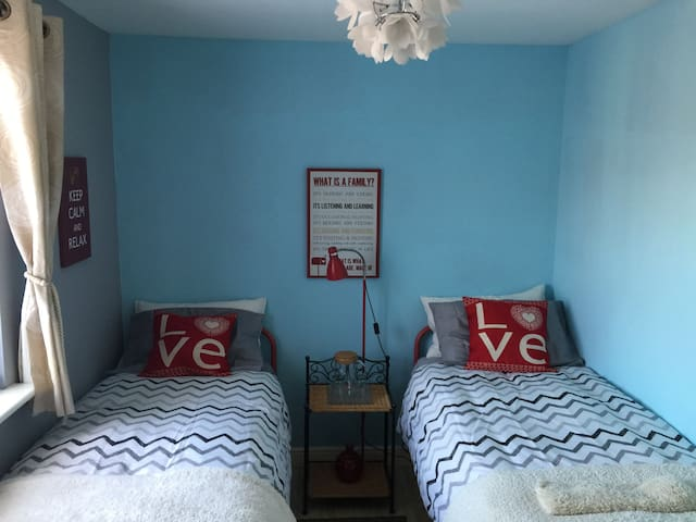 Lovely, comfy twin bedroom near Stansted Airport - Takeley - Casa