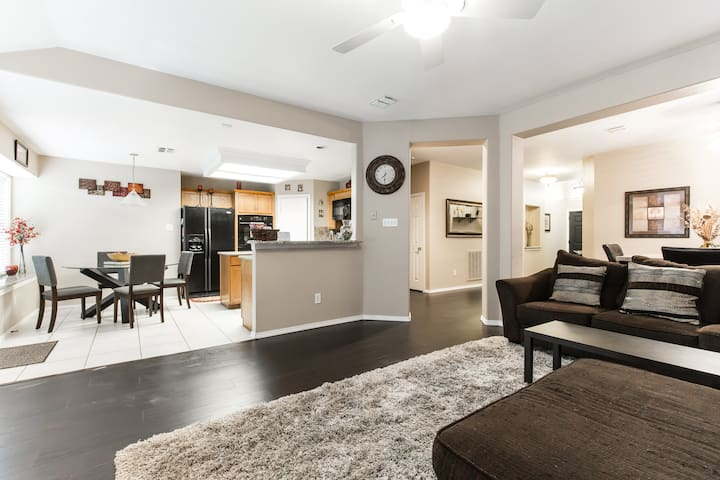 Cozy 3BR Home minutes from DFW w/ Wifi and Cable - Euless