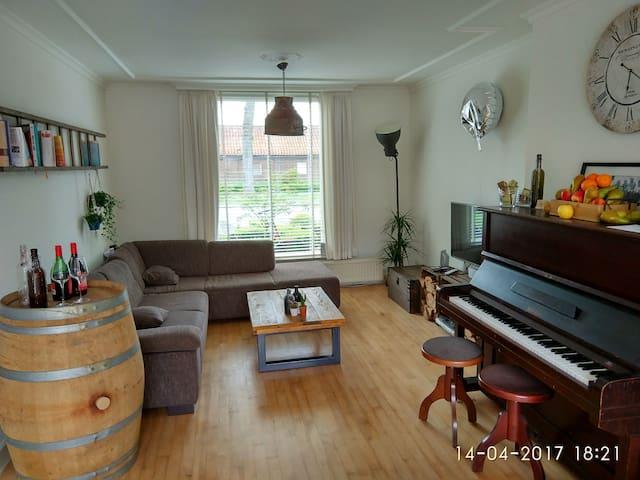 A nice clean room with free bike use - Breda - Hus