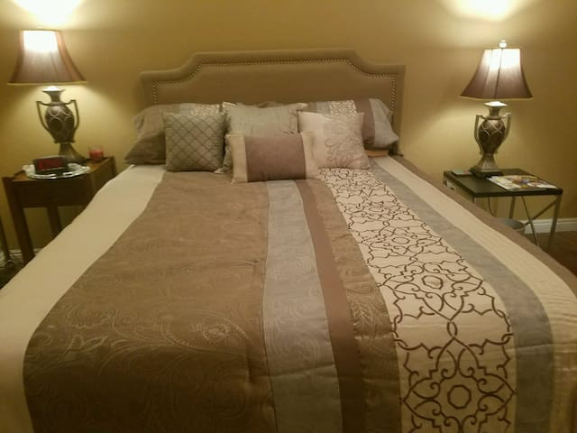 Upstairs private bedroom and bathroom. - Stockton - Hus