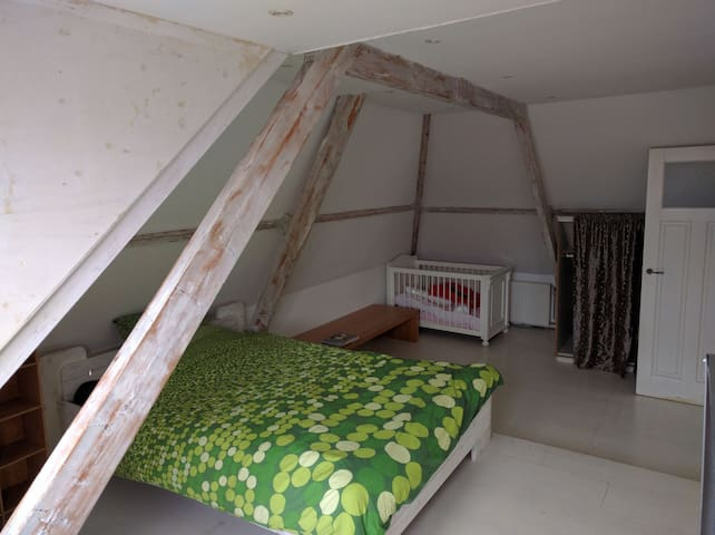 Spacious room, 30 mins bus to Amsterdam central - Oostzaan - Hus